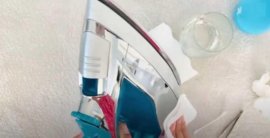How to Clean Your Iron With Vinegar 8
